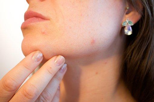 Dermatolog léčí i omlazuje